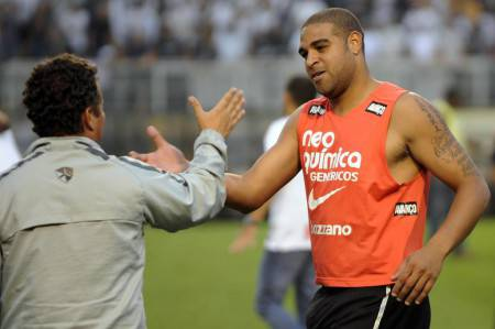 Corinthians player Adriano (R) celebrate