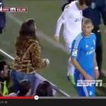 Video – Benzema accontenta una tifosa: durante la partita si ferma e si mette in posa per una foto!