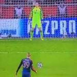 Video – Ozil calcia rigore, Neuer lo ipnotizza!
