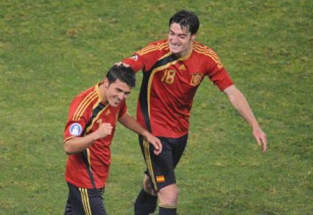 Spanish midfielder Albert Riera (R) cong