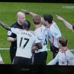 Foto – Pazzesco episodio in Premier: i monitor dello stadio mostrano l'errore dell'arbitro ma lui si rifiuta di guardare!