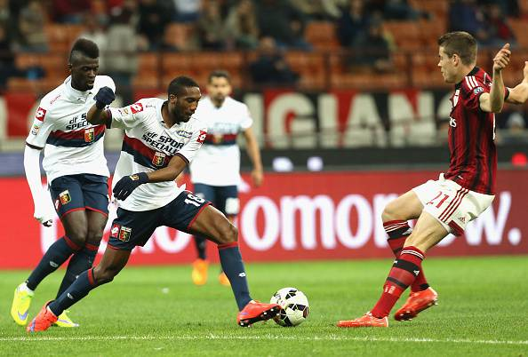 MILAN, ITALY - APRIL 29:  Marco Van Ginkel (R) of Milan competes for the ball with Zakarya Bergdich of Genoa during the Serie A match between AC Milan and Genoa CFC  at Stadio Giuseppe Meazza on April 29, 2015 in Milan, Italy.  (Photo by Maurizio Lagana/Getty Images)