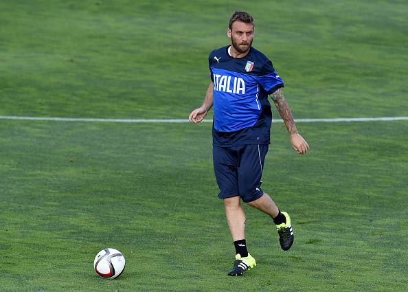FLORENCE, ITALY - JUNE 09:  Daniele De Rossi in action during the Italian training session at Coverciano on June 9, 2015 in Florence, Italy.  (Photo by Claudio Villa/Getty Images)