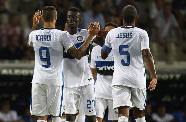 PARMA, ITALY - AUGUST 08:  Mauro Emanuel Icardi (R) of FC Internazionale celebrates his goal with his team-mate Assane Gnoukouri (C) during the pre-season friendly match between FC Internazionale and Athletic Club Bilbao at Stadio Ennio Tardini on August 8, 2015 in Parma, Italy.  (Photo by Marco Luzzani/Getty Images)