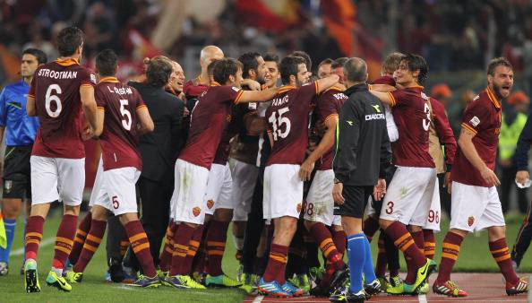 ROME, ITALY - OCTOBER 31: Marco Borriello #88 with his teammates of AS Roma celebrates after scoring the opening goal during the Serie A match between AS Roma and AC Chievo Verona at Stadio Olimpico on October 31, 2013 in Rome, Italy. (Photo by Paolo Bruno/Getty Images)