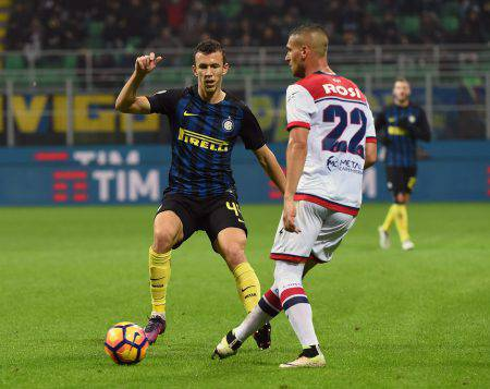 MILAN, ITALY - NOVEMBER 06:  Ivan Perisic of FC Internazionale competes for the ball with Aleandro Rosi of FC Crotone  during the Serie A match between FC Internazionale and FC Crotone at Stadio Giuseppe Meazza on November 6, 2016 in Milan, Italy.  (Photo by Pier Marco Tacca/Getty Images)