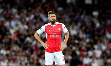 Arsenal's French striker Olivier Giroud reacts during the UEFA Champions League Group A football match between Paris-Saint-Germain vs Arsenal FC, on September 13, 2016 at the Parc des Princes stadium in Paris. / AFP / FRANCK FIFE (Photo credit should read FRANCK FIFE/AFP/Getty Images)