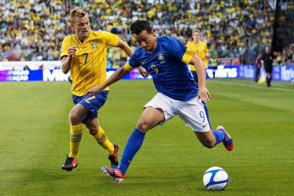Brazil's Leandro Damiao (R) vies for the