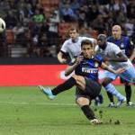 """Video – Inter-Lazio, il rigore """"scivolante"""" di Alvarez: la palla schizza alle stelle"""