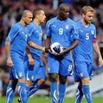 Inter-Milan, tifosi nerazzurri senza vergogna espongono lo striscione: Balotelli non riconosci tua figlia? È un vizio di famiglia…