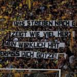 Foto – Calciomercato Estero, i tifosi del Borussia infuriati con Mario Goetze: vai a fanc***!
