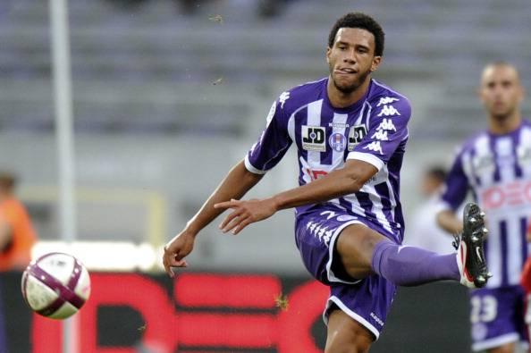 Toulouse's midfielder Etienne Capoue kic