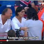 Video – Cavani uomo di cuore: saluta un tifoso disabile e gli regala la maglia a fine partita! Bel gesto
