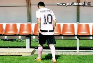 retro maglia palermo legea 300x203 Ecco la nuova maglia del Palermo 2010 2011: la mostra Sky!   Foto