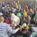 Mondiali Sudafrica 2010: choc a Johannesburg, tifosi in massa ai cancelli dello stadio si travolgono, schiacciandosi per terra. I feriti sono 25, grave un poliziotto
