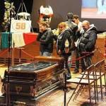 Morte Simoncelli, aperta la camera ardente: presenti due moto e un grande poster di Sic – Foto