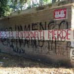 """Foto – Accoglienza shock dei tifosi alla Roma, esposto lo striscione """"Bentornati me**e!"""""""